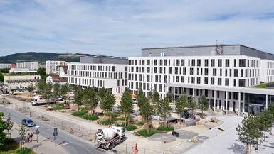 """Blick auf die neue Frontseite des Universitätsklinikums Jena: Rechts Gebäudeteil """"A"""" mit dem künftigen Haupteingang, links Gebäudeteil """"E"""", in dem künftig u.a. erkrankte Kinder an einem Standort versorgt werden. Foto: UKJ/Szabo."""