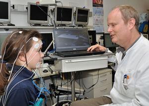 Prof. Dr. Matthias Schwab untersucht die Stresstoleranz bei einem Kind. Foto: Szabo/UKJ