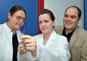 CSCC-Doktorandin Isabell Lenhardt mit ihren Promotionsbetreuern PD Dr. Amelie Lupp (l.) und Prof. Dr. Stefan Schulz (r.) Foto: M. Szabo/UKJ