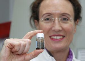 """Prof. Ingrid Hilger zeigt eine Probe der Nanopartikel, die im Forschungsprojekt """"Multifun"""" zu Mehrzweckwaffen gegen Krebs aufgerüstet werden sollen. Foto: M. Szabo/UKJ"""