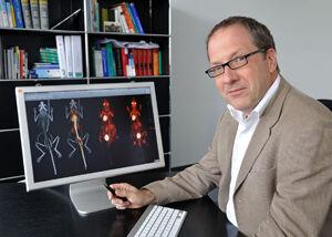 Prof. Dr. Thomas Kamradt, hier mit Aufnahmen zur nichtinvasiven Bewertung von Gelenkentzün- dungsprozessen im Tiermodell, koordiniert das Marie-Curie-Netzwerk OSTEOIMMUNE, in dem das Zusammenspiel von Knochen und Immunsystem untersucht wird. Foto: M. Szabo/UKJ