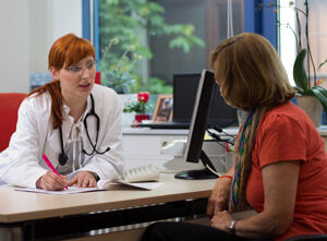 Allgemeinmediziner und Medizinspychologen untersuchen den Einfluss der Arzt-Patienten-Beziehung auf das Krankheitserleben und die Fähigkeit der Patienten, den Alltag zu bewältigen. Foto: UKJ