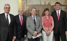 """Mit einer Vertragsunterzeichnung an der Universität Jena wurde am 2. August das """"Kompetenzzentrum für Interdisziplinäre Prävention"""" - ein Kooperationsprojekt der Berufsgenossenschaft Nahrungsmittel und Gastgewerbe (BGN), der Friedrich-Schiller-Universität Jena und des Universitätsklinikums Jena (UKJ) - verlängert."""
