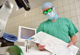 Urologiedirektor Prof. Dr. Marc-Oliver Grimm mit dem neuen Lasergerät. Zum Schutz müssen die Ärzte eine spezielle Laserbrille tragen. (Foto: UKJ / Szabó)