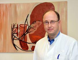 """Prof. Dr. Marc-Oliver Grimm: """"Im Normalfall können die Patienten bereits in weniger als fünf Tagen die Klinik verlassen."""" Fotos: UKJ / Szabó"""