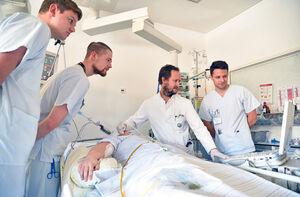 JENOS-Angebot der Klinik-Linie: Unterricht am Krankenbett auf der neurologischen Intensivstation.  Foto: M. Szabo/UKJ