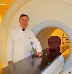 Prof. Thomas Wendt am einzigen Tomotherapiegerät in Thüringen,  das die Bestrahlung mittels Photonen und die moderne Bildgebung der Computertomographie miteinander verbindet. Foto: UKJ