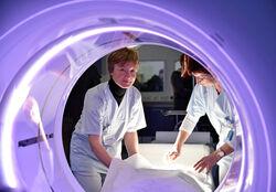 """Daniela Scherf, Medizinisch-Technische Radiologieassistentin (MTRA, links) und Marion Behrendt (Leitende MTRA) bereiten das neue """"Revolution-CT"""" für eine Patientenuntersuchung im Notfallzentrum des UKJ vor. Foto: UKJ/Szabo."""