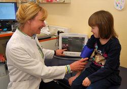 """Privat-Dozentin Dr. Ulrike John bei einer Untersuchung in der UKJ-Kinderklinik. Die Medizinerin leitet den Arbeitsbereich """"Pädiatrische Nephrologie"""" (Kinder-Nierenerkrankungen) der Klinik. Foto: UKJ/Böttner."""