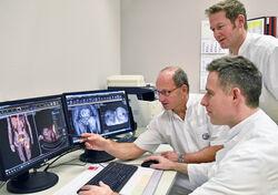 """Als erste Klinik in Thüringen wurde das UKJ von der Deutschen Krebsgesellschaft als """"Muskuloskelettales Tumorzentrum"""" ausgezeichnet: Für die Patienten von Prof. Dr. Dr. Gunther O. Hofmann (l.), Dr. Matthias Vogt und Dr. Robert Lindner(stehend) ein wichtiges Qualitätssiegel. Foto: UKJ/Szabo"""