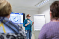 Dr. Daniela Ivanšić-Blau, Leiterin des Tinnitus-Zentrums am UKJ, informiert die Messebesucher am Sonntag über Behandlungsmöglichkeiten bei störenden Ohrgeräuschen. Foto:UKJ/Schroll