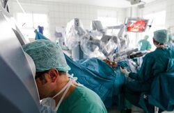 Präzisionsmedizin: Am Universitätsklinikum Jena wurden seit 2011 bereits über 600 Operationen mit Hilfe eines DaVinci-Operationsroboters durchgeführt. Foto: UKJ/Schroll