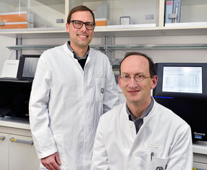 Prof. Christian Hübner (r.) und Prof. Ingo Kurth werden mit einem Thüringer Grundlagen- forschungspreis 2015 ausgezeichnet. Foto: M. Szabo/ UKJ