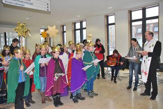 Die Sternsinger starteten ihren Besuch am Universitätsklinikum Jena im Eingangsbereich von Haus E in Lobeda.